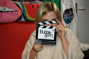 Annett Louisan mit Bubble Gum TV Klappe